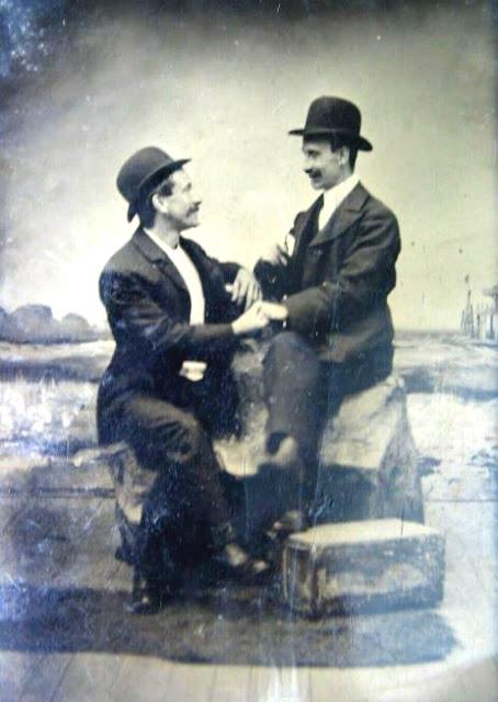 Del archivo de Homo History, pareja homosexual tomada de las manos