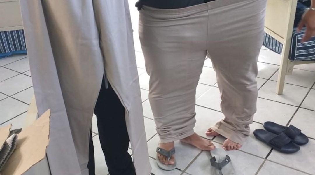 Policías del INM reciben pantalones demasiado grandes
