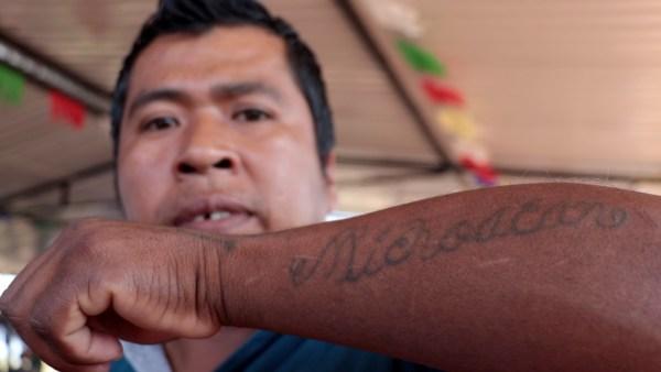 "Tatuaje con leyenda ""Michoacán"", de miembro de policía comunitaria."