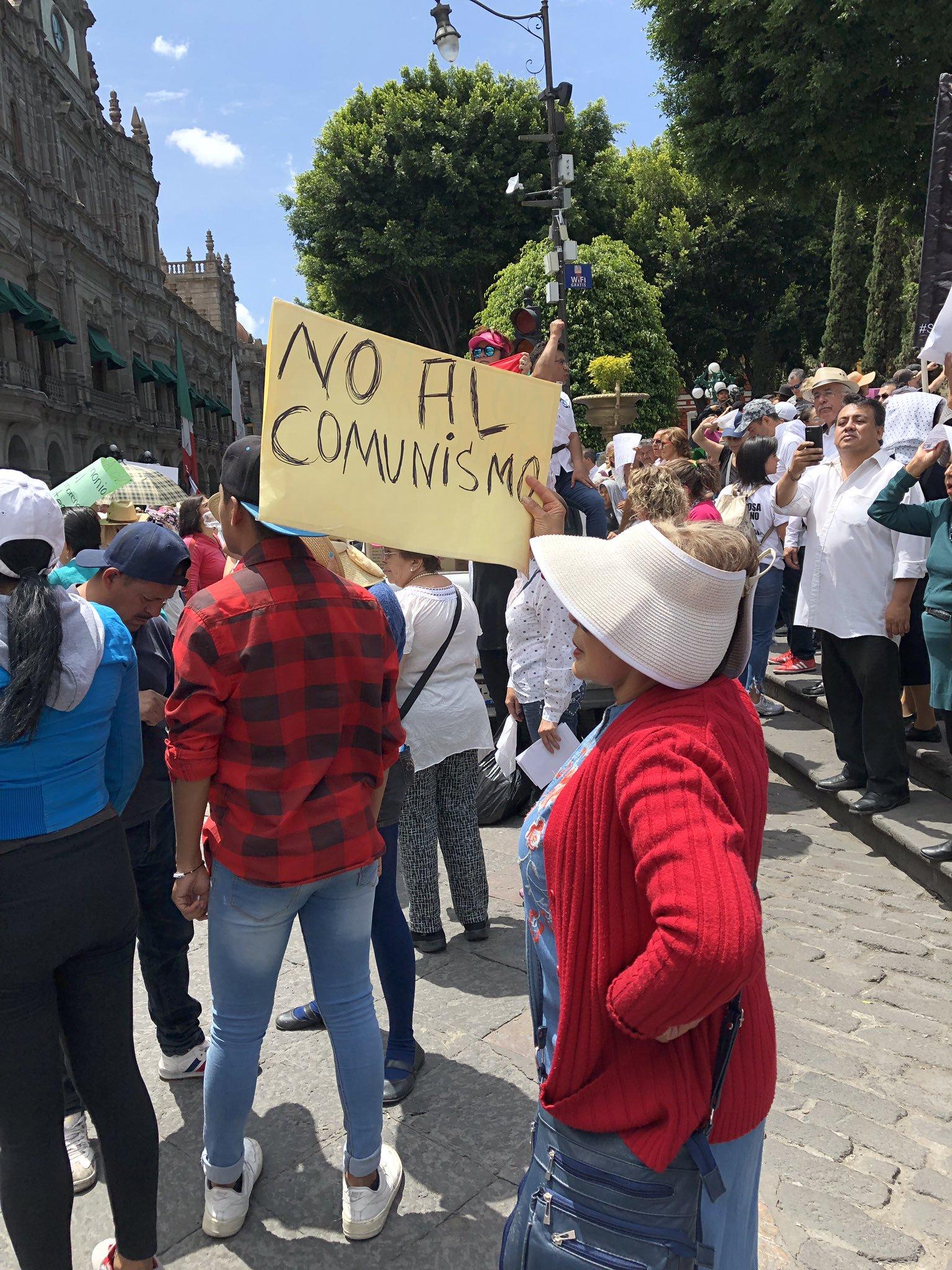 """Marcha Anti AMLO en Puebla, suena con """"Viva Cristo Rey"""""""