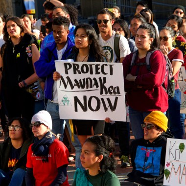 Nativos de Hawai protestan contra telescopio en montaña Mauna Kea.