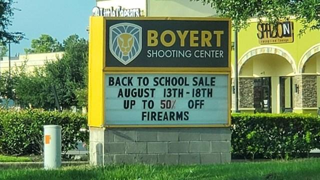 Texas: Tienda de armas ofrece descuentos de regreso a clases