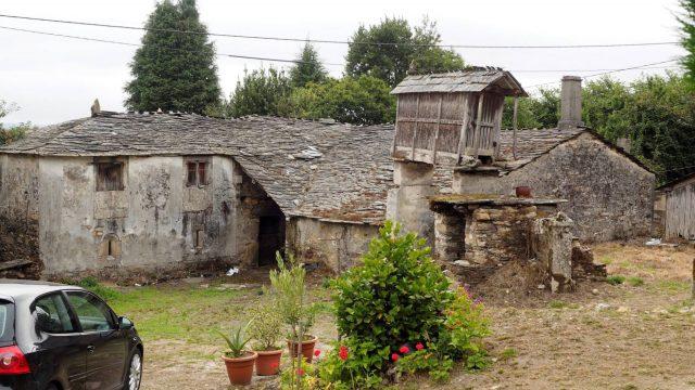 Amigos quieren comprar aldea como plan de jubilación