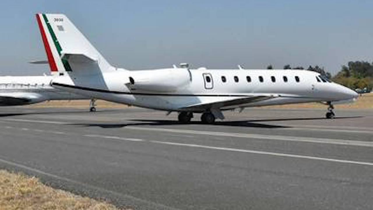 Avión de Pemex contra huachicoleo terminó como taxi aéreo