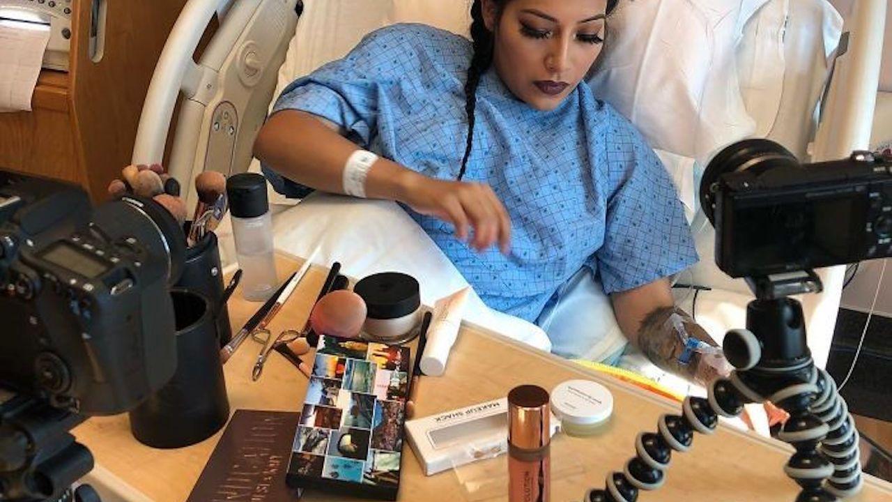 Mujeres usan maquillaje profesional en parto