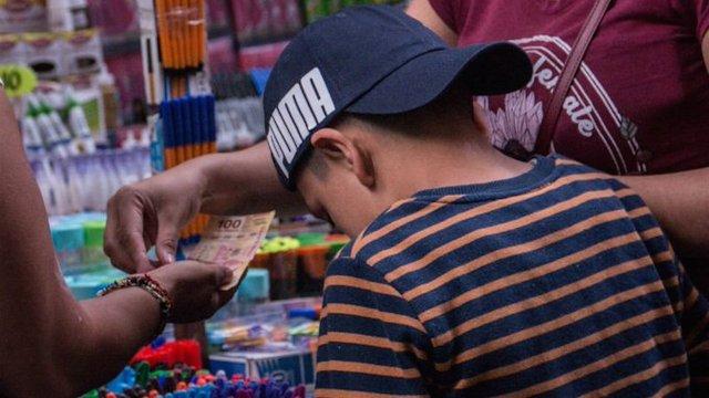 Niño robo utiles para hacer su tarea y policias pagan lo que se llevó