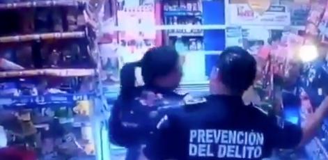 Policía es captado robando una tienda en Tlalnepantla