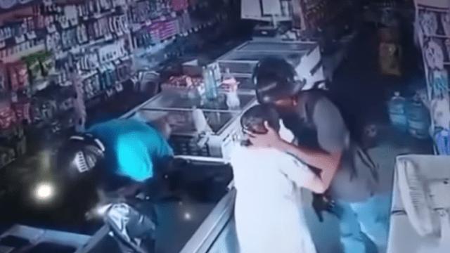 Ladrón besa a viejita en la frente durante robo en Brasil
