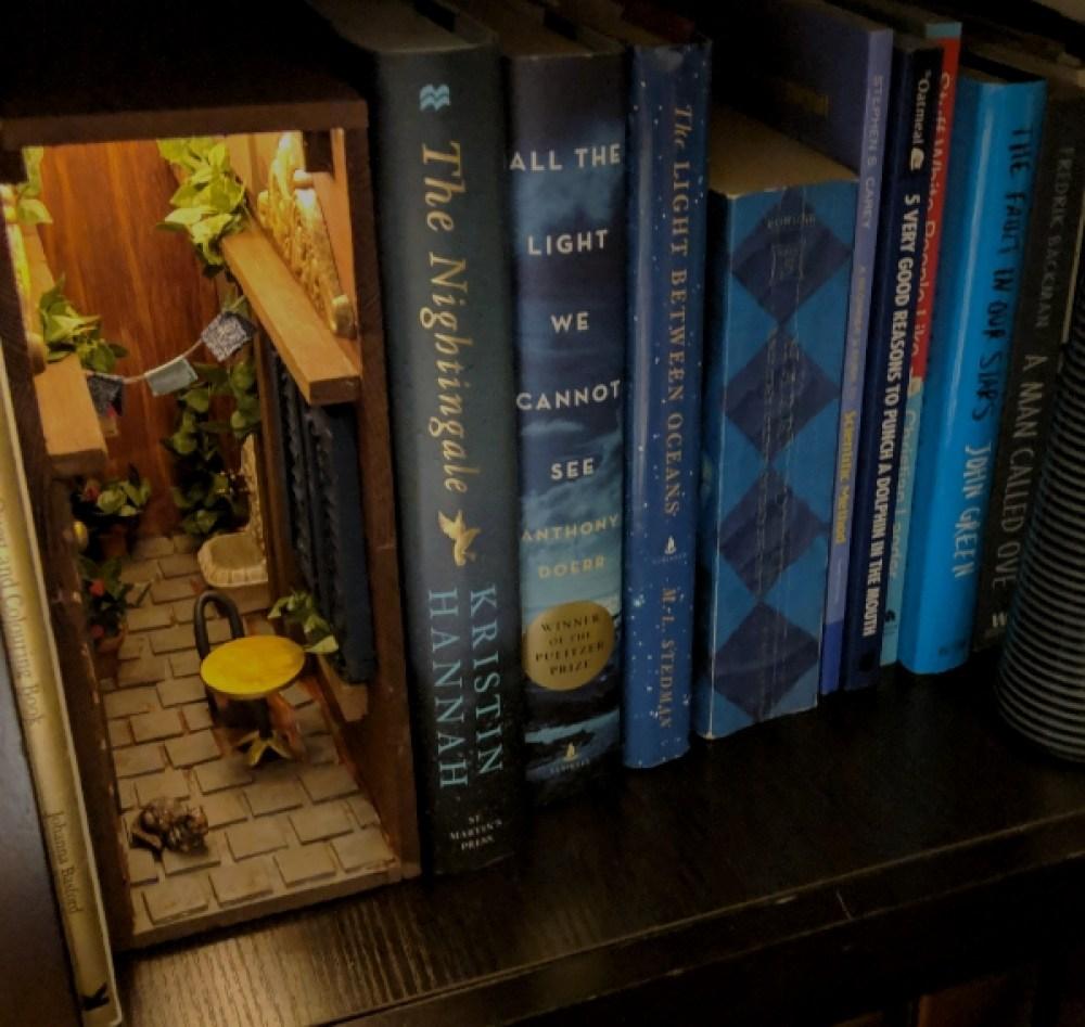 """""""Booknooks"""": Pequeños Escenarios Que Habitan Entre Los Libros"""