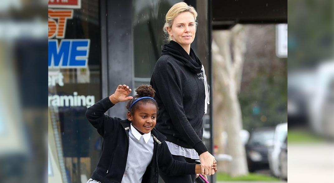 Charlize Theron Pide Que Traten a Su Hija Jackson Como Niña