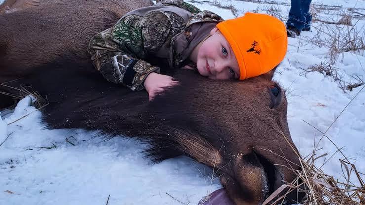 Niña de ocho años mata alce; padre sugiere a jóvenes dedicarse a la caza