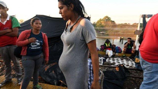 Adolescente migrante embarazada que se dirige hacia los Estados Unidos