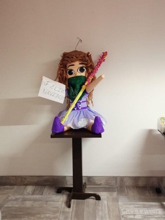 Imagen de la piñata de feminista que rompieron abogado y psicologos en un despacho