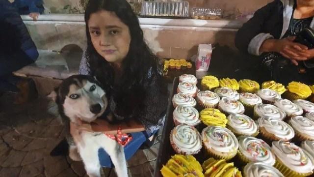 Joven vende cupcakes para pagar quimios de su perro.