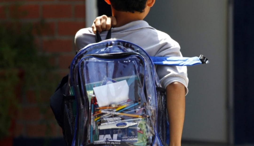 Regalan mochilas transparentes a estudiantes en Nuevo Léon.