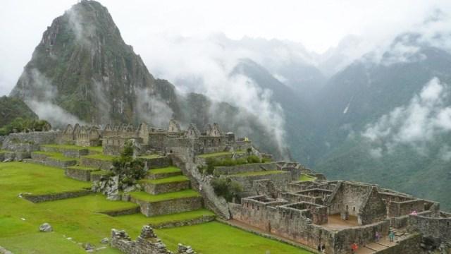 Perú deportará a turistas por defecar y dañar Machu Picchu.