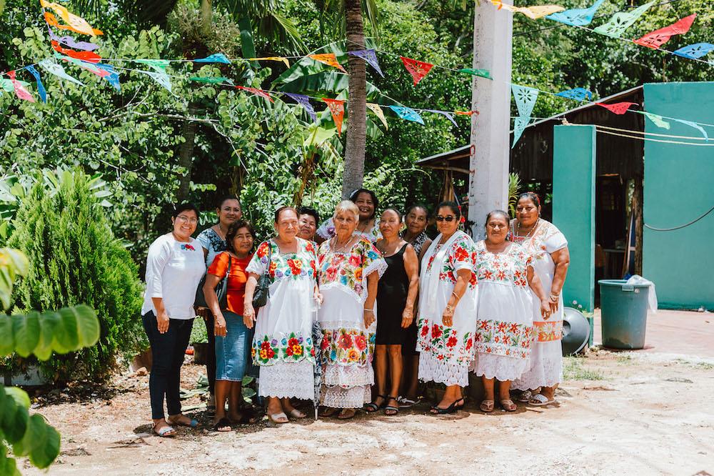 Artesanas Mayas Crean Correas Para Cámaras Fotográficas