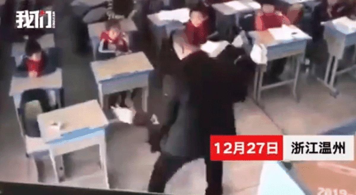 Profesor Pone De Cabeza a Niña En Una Escuela De China
