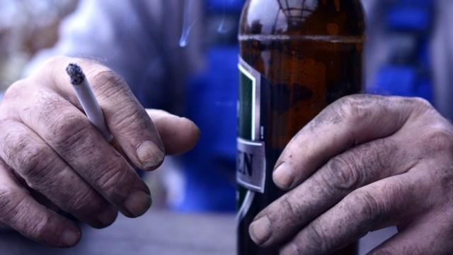 Beber y fumar diario provocan que el cerebro envejezca más rápido, revela estudio.