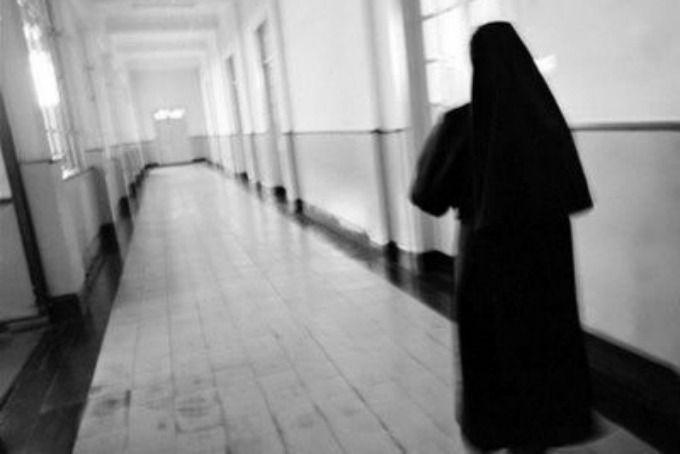 Mujer se hace pasar por monja para robar a familias