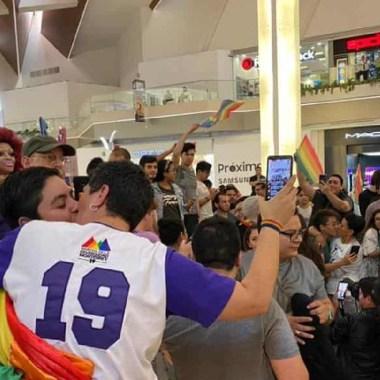 En Monterrey se protestó con un besatón contra la homofobia (Imagen: Abcnoticias)