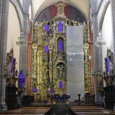 Iglesias tapan a la Virgen María con mantas moradas para protestar contra la violencia de género (Imagen: SDPNoticias)