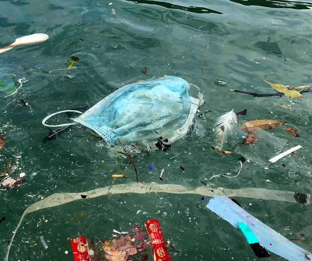 Cubrebocas contaminan playas de Hong Kong