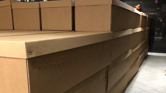 Ante muertes por coronavirus en Ecuador, usan ataúdes de cartón