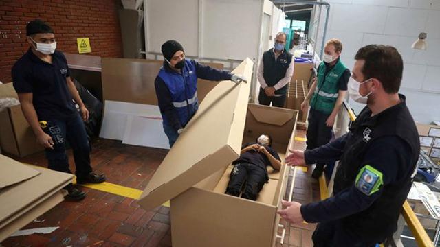 camas-carton-ataud-coronavirus-colombia