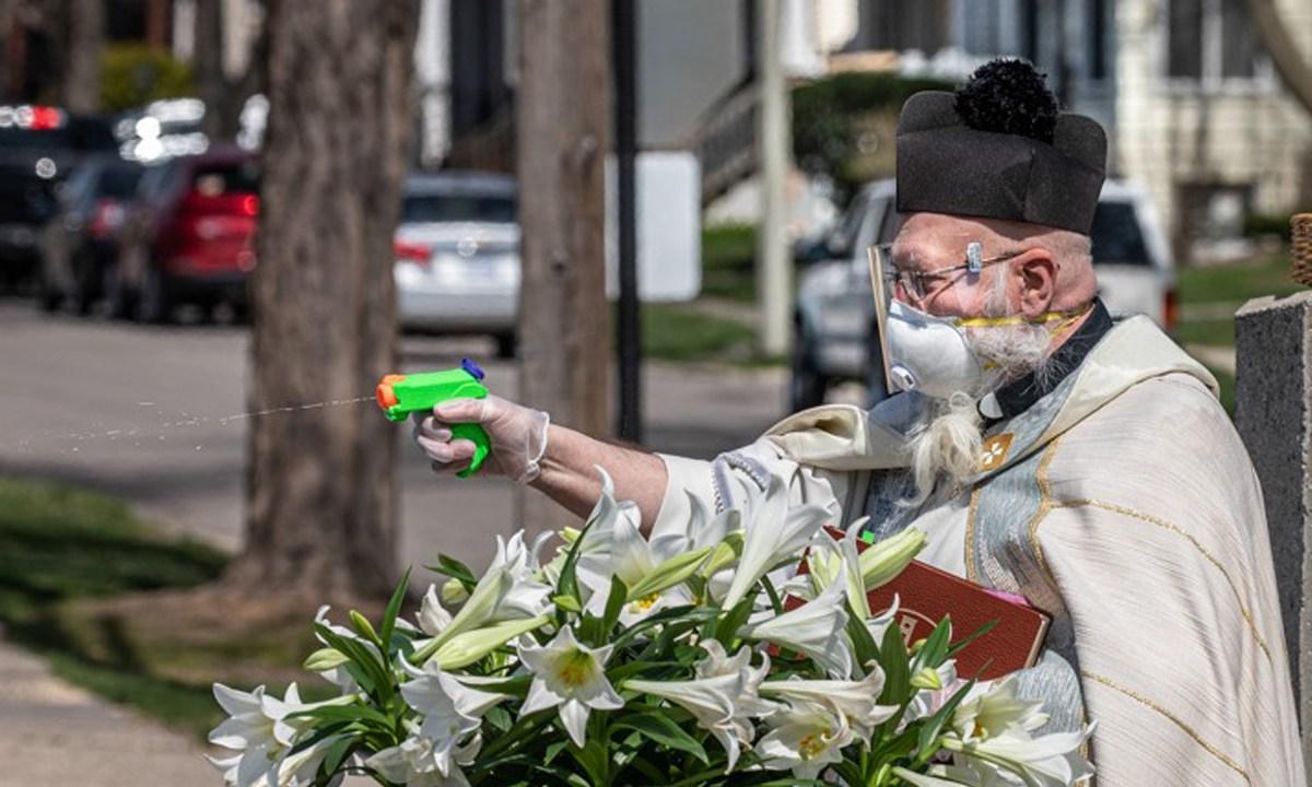 sacerdote-pistola-agua-bendita-coronavirus