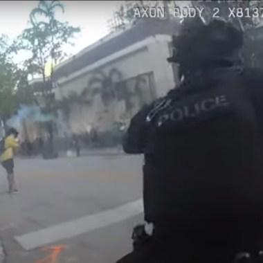 Un video grabado por una de las cámaras corporales de los policías los muestra riendo tras disparar balas de goma a manifestantes