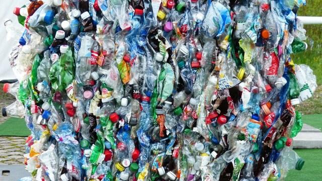 Los investigadores creen que el nuevo plástico infinitamente reciclable, PBTL, reduciría la contaminación que se genera cada año