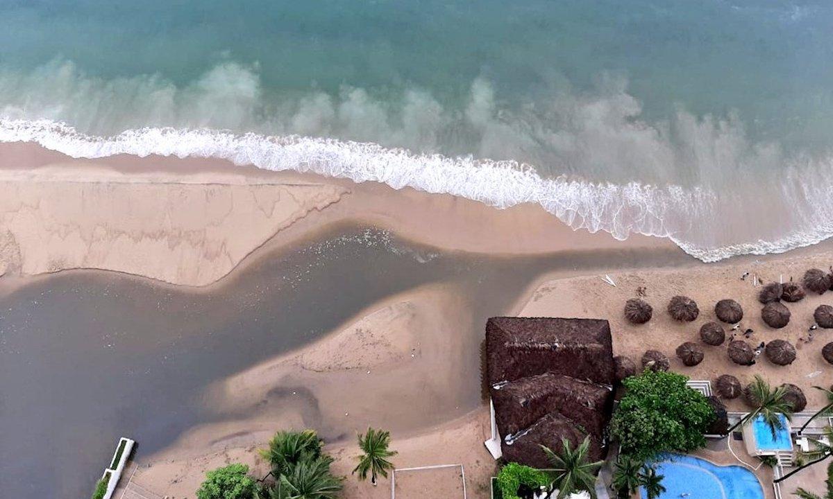 Tiran de nuevo aguas negras en la costa de Acapulco