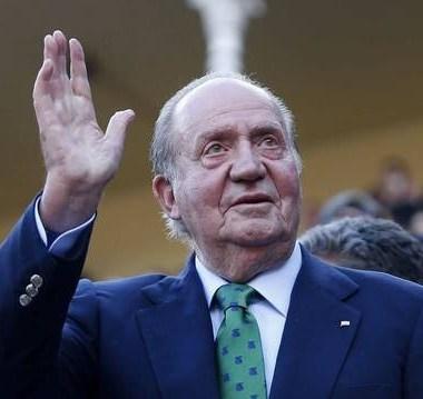 Investigado por corrupción, ex rey español abandona su país