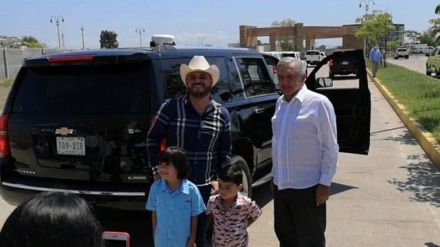 AMLO posa con 'El Komander', compositor de narco-corridos, en Sinaloa