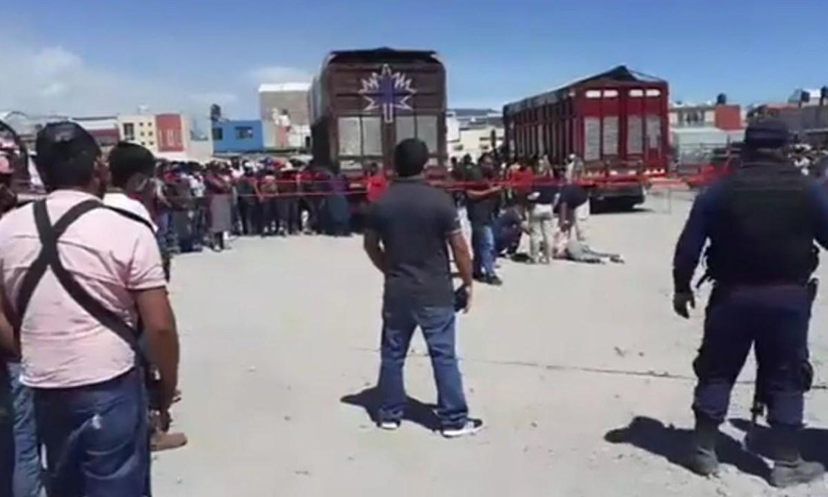 En Huixcolotla, Puebla, linchan a un hombre al que acusaban de intentar robarse una camioneta en la central de abastos