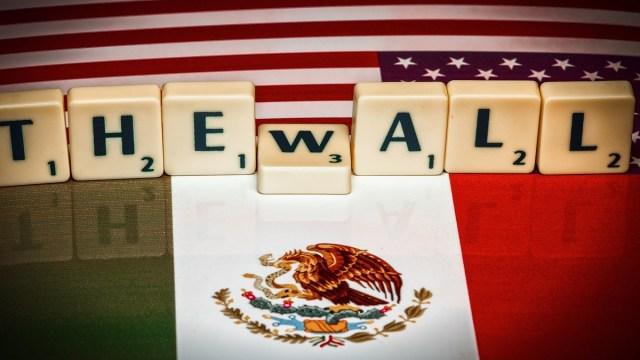 Donald Trump dice EE.UU. cobraría tarifa por cruce de autos desde México para pagar el muro