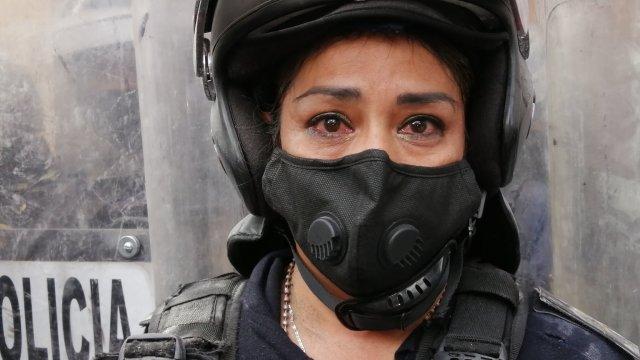 CDMX: Mujer policía lloró por gas lacrimógeno, aclara reportera