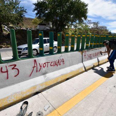 Guerrero: normalistas de Ayotzinapa toman caseta, piden verdad y justicia