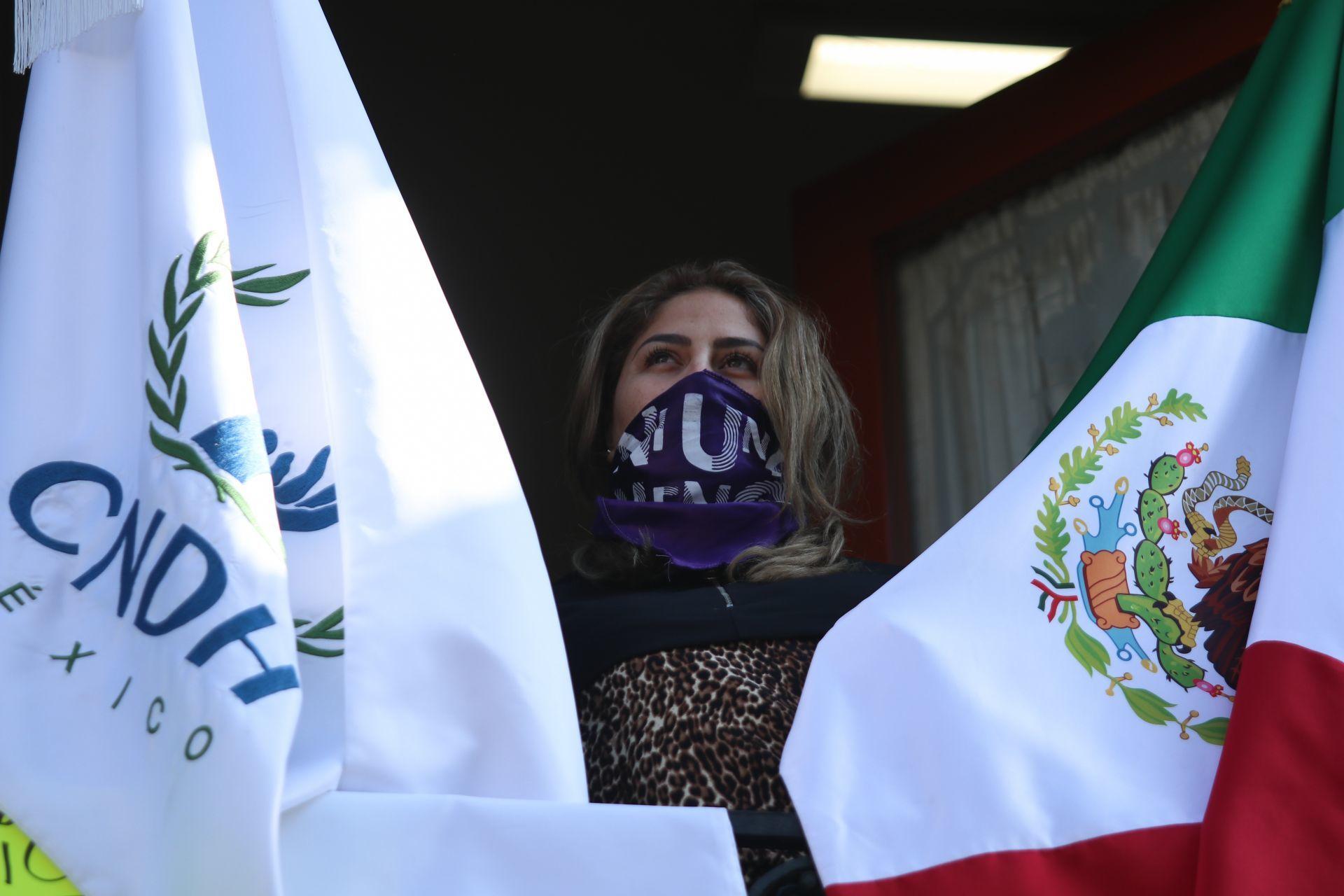 Marcela Alemán, madre de una infante violentada, en el balcón de la CNDH
