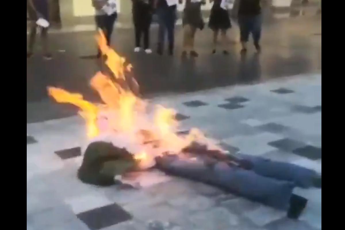 En video quedó capturado el momento en el que feministas realizan 'Antigrita' y queman muñeco de AMLO en protesta, Captura de Pantalla