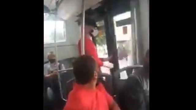 Una mujer grabó un video en el que se muestra confrontando a un hombre que se masturbó a su lado en el Metrobús de la CDMX, Captura de Pantalla