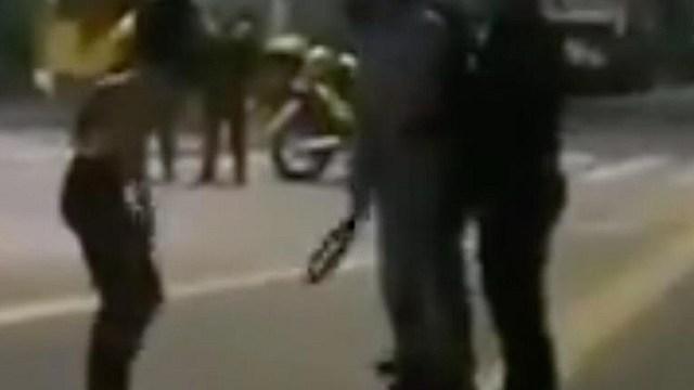 Padre saca hija cinturonazos protesta Colombia
