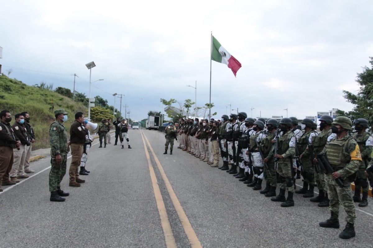 México envía militares a frontera de Guatemala por caravana migrante