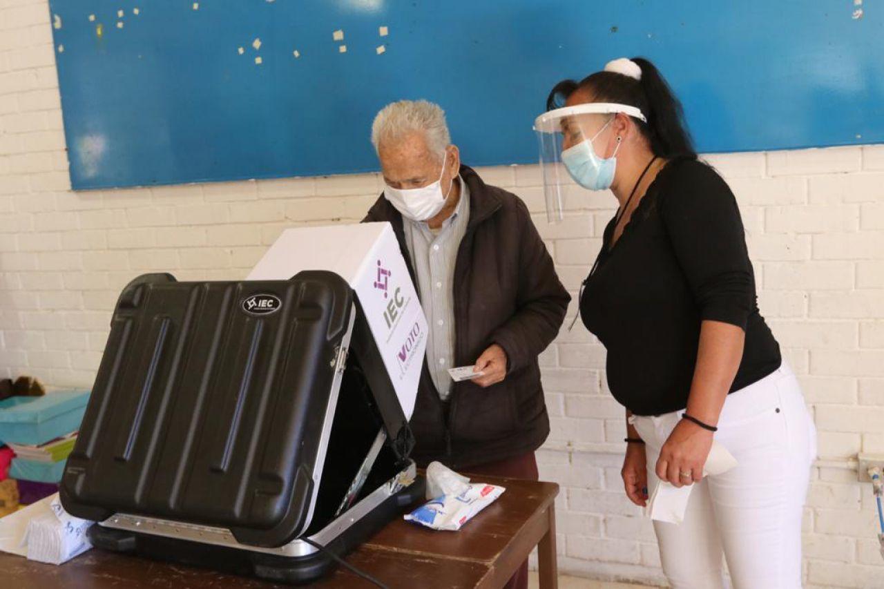 Un hombre emite su voto en una urna electrónica en Coahuila.