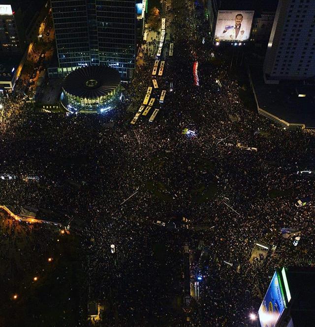 Miles de personas salieron a las calles de Varsovia, Polonia, para protestar el fallo judicial que que prohibiría el aborto