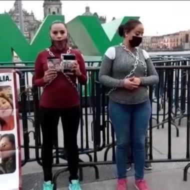 Mujeres encadenan zócalo piden recuperar hijos