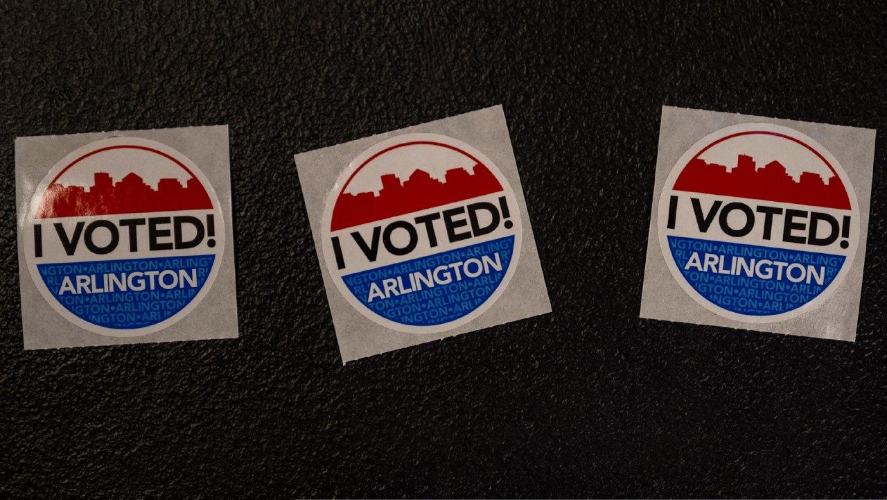 Un hombre ayudó a una mujer a votar en pleno parto