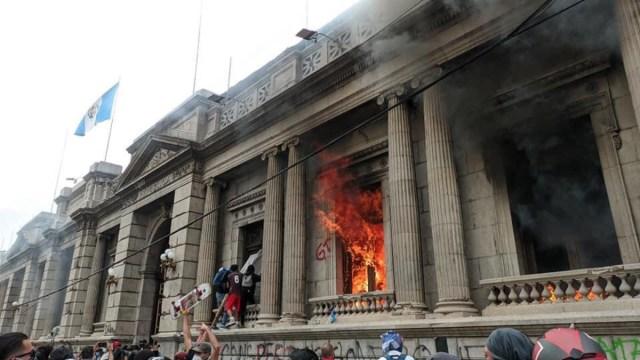 ¿Qué está pasando en Guatemala y por qué prendieron fuego al Congreso?