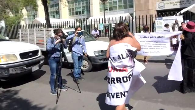 La madre de Alan Ibarra decidió protestar desnuda frente a la Fiscalía General de San Luis Potosí para exigir el esclarecimiento del asesinato de su hijo